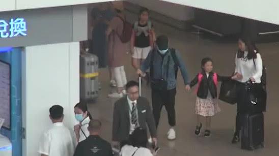 Cánh paparazzi ghi lại hình ảnh Lưu Đức Hoa cùng vợ xuất hiện tại cổng trường quốc tế ở Hong Kong, hai vợ chồng tới đón con gái sau buôi học. Được bố mẹ hộ tống, cô bé Hanna rạng rỡ nhảy chân sáo, gương mặt tươi rói.