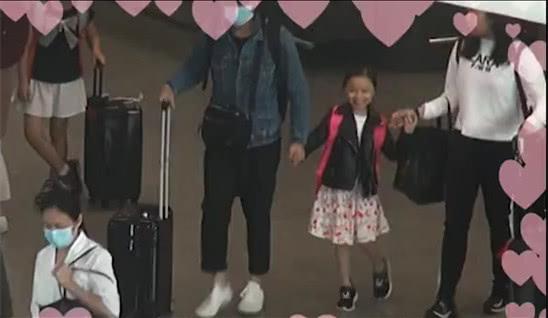 Hanna Lau -con gái Lưu Đức Hoa năm nay 6 tuổi, bước vào lớp 1. Cô bé cao rõ rệt so với năm ngoái, gương mặt sao i bản chính mẹ.
