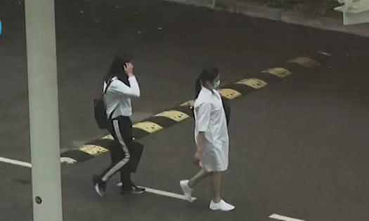 Bà xã tài tử Hong Kong trong một hình ảnh mới được ghi lại, cô mặc áo rộng thùng thình, đi giầy bệt. Một nguồn tin cho hay Chu Lệ Thiên mang thai 5 tháng.