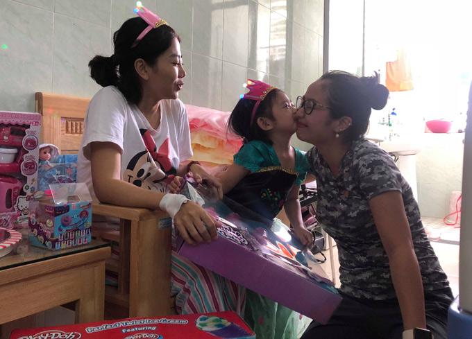 Diễn viên Ốc Thanh Vân xem bé Lavie như con gái. Cô dự định sẽ đón bé về nhà mình chăm sóc để Mai Phương yên tâm chữa bệnh.