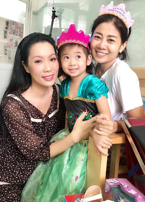 Á hậu Trịnh Kim Chi khâm phục nghị lực của cô em đồng nghiệp. Phương rất mạnh mẽ. Nhìn cô ấy cười tươi, không chút lo lắng hay sợ hãi chúng tôi cũng yên tâm phần nào, chị nói.
