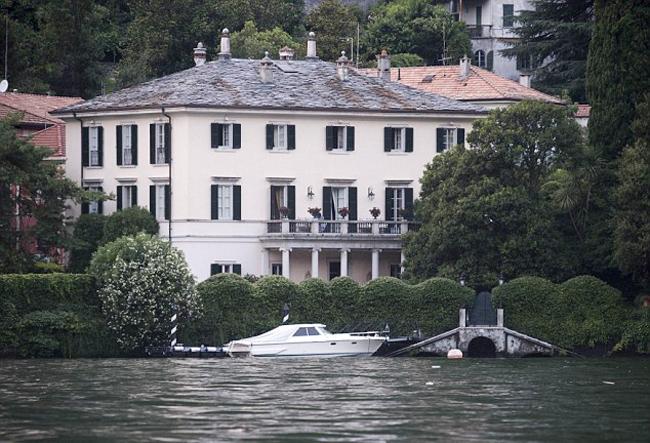 Căn biệt thự được Clooney mua từ năm 2002 và được bảo vệ an ninh nghiêm ngặt. Ảnh: Mega.