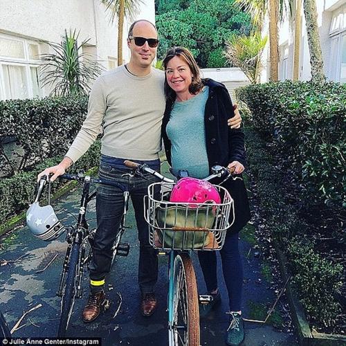 Chồng của Genter cùng đạp xe với vợ.
