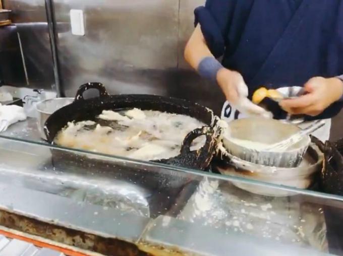 Đầu bếp Nhật làm tempura lòng đỏ trứng bằng tay không. Ảnh cắt từ video.