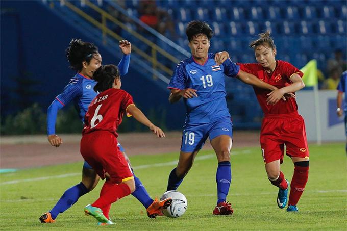 Tuyển nữ Thái Lan (áo xanh) trong trận thua 2-3 trước Việt Nam hôm 19/8.