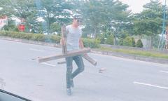 Diễn viên Thanh Bình dừng ôtô dọn khúc gỗ đầy đinh trên đường
