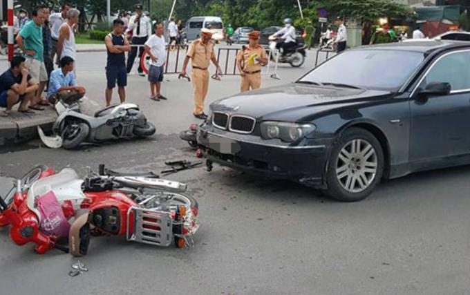 Chiếc xe máy đi phía trước bị xe ô tô húc văng. Ảnh: Sơn Nguyễn
