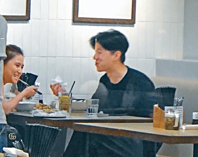 Bữa ăn của cặp đôi đầy tiếng cười. Sau hơn một giờ vừa ăn vừa tám chuyện, hai người cùng dọn bát đĩa trên bàn cho chủ quán, trước khi rời đi...