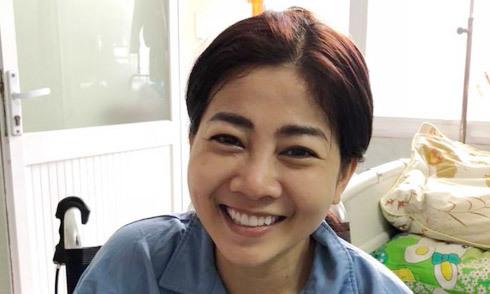 Mai Phương cười lạc quan khi đồng nghiệp đến thăm trong bệnh viện
