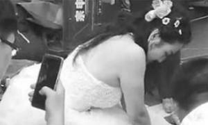 Cô dâu bỏ mặc chú rể, cấp cứu cho nạn nhân tai nạn giao thông