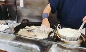 Đầu bếp Nhật Bản dùng tay không để rán bánh trong dầu sôi