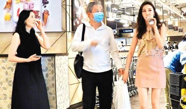 Hà Diễm Quyên, chồng và mẹ đẻ cô (áo đen) cùng nhau đi mua sắm cách đây ít lâu.