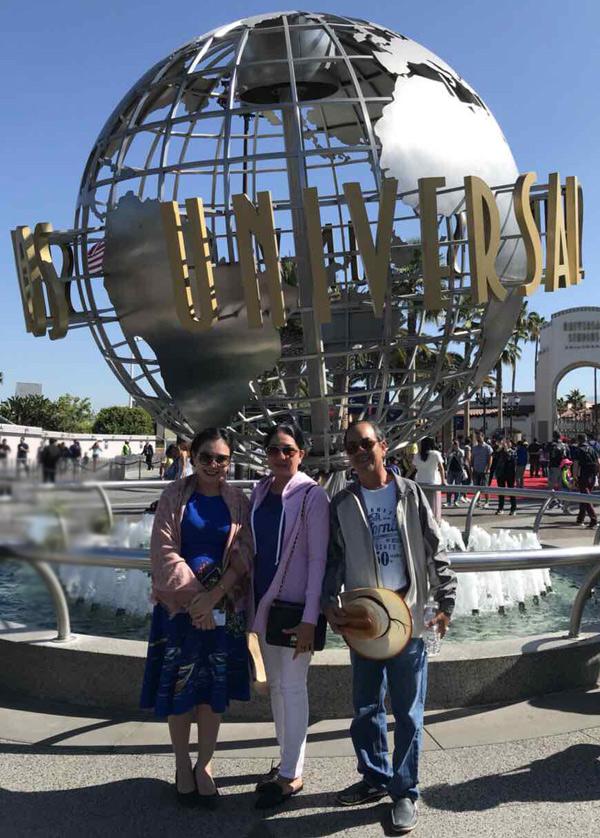 Bố mẹ Xuân Hiếu rất choáng ngợp khi đến thăm phim trường Universal Studio ở Los Angeles. Họ không ngờ nơi này lại rộng lớn và có nhiều cảnh quan ấn tượng đến vậy.
