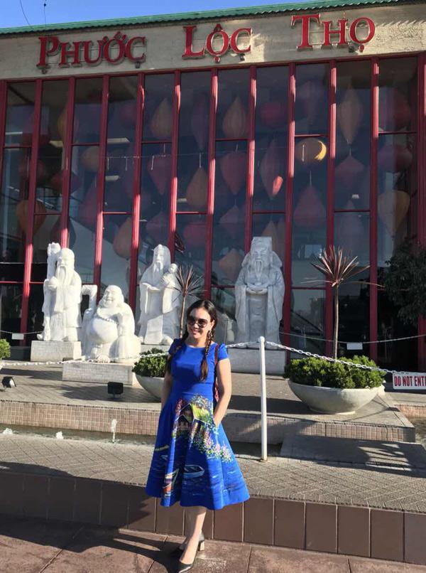 Nữ MC trốn chồng và 3 con, tung tăng dạo chơi ở Mỹ. Cô chụp ảnh trước khu chợ Phước Lộc Thọ nổi tiếng của quận Cam, bang California. Nơi đây có rất nhiều người Việt kinh doanh, buôn bán.