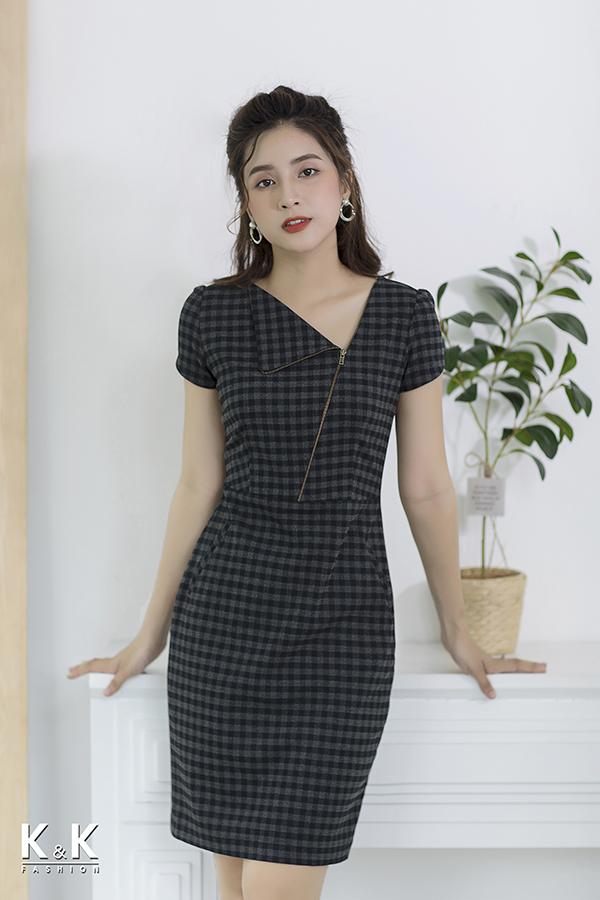 Đầm caro thiết kế cổ cách điệu KK75-04 giá 420.000 đồng.