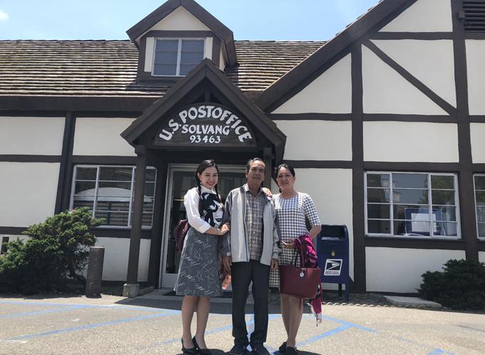 Xuân Hiếu và bố mẹ thăm làng Đan Mạch trong lòng nước Mỹ.