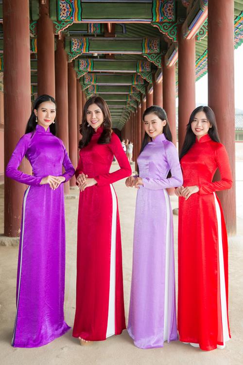 Từ trái sang: Bích Trâm, Huệ Nghi, Gia Linh, Thanh Hằng thướt tha với tà áo dài đơn sắc.