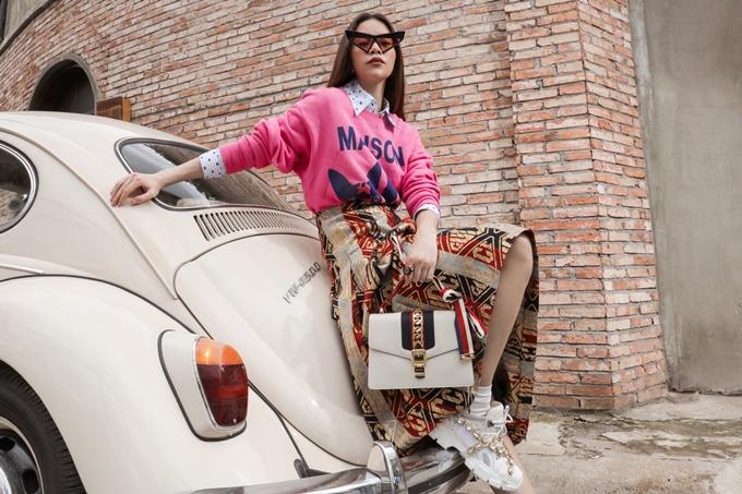 Trong một set đồ khác, Hồ Ngọc Hà diện trang phụccó màu sắc tươi sáng hơn vàtúi xách ton-sur-ton với đôi sneaker.