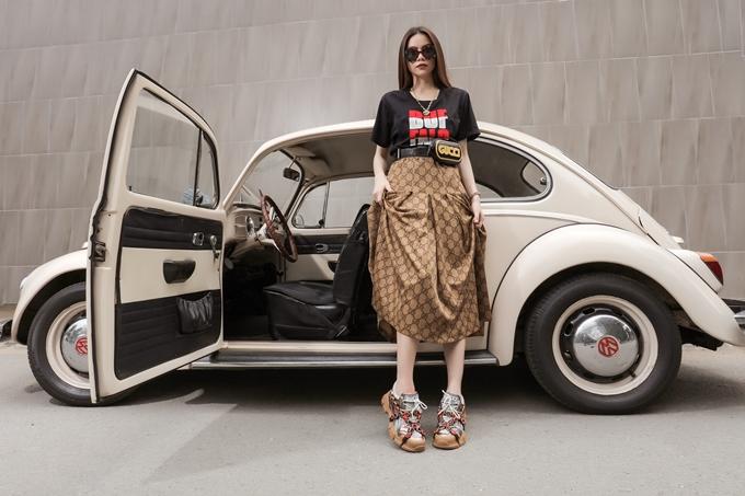 Những đôi giày sneakerthô kệch đang là trào lưu được đông đảo tín đồ yêu thời trang yêu thích. Kiểu dáng của chúng tuy chất lừ nhưng rất kén người sử dụng, bởi đòi hòi việc phối đồ phù hợp. Là một người đam mê và có gu thời trang nổi bật, ca sĩ Hồ Ngọc Hà trổ tài diện các đôi giày xuống phố thật sành điệu.
