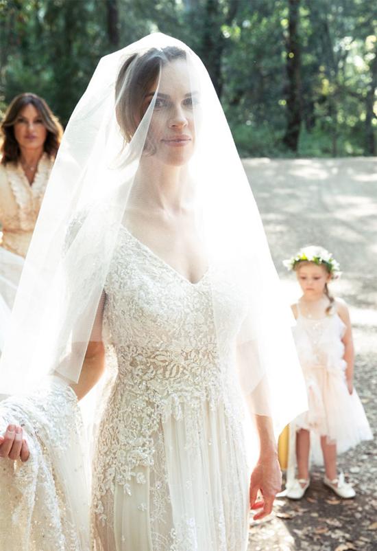 Nữ diễn viên đoạt giải Oscar diện váy cưới của thương hiệu Elie Saab. Các nhà thiết kế đã mất 150 giờ để tạo nên chiếc váy và khăn voan dài 6m, riêng công thêu là 70 giờ.