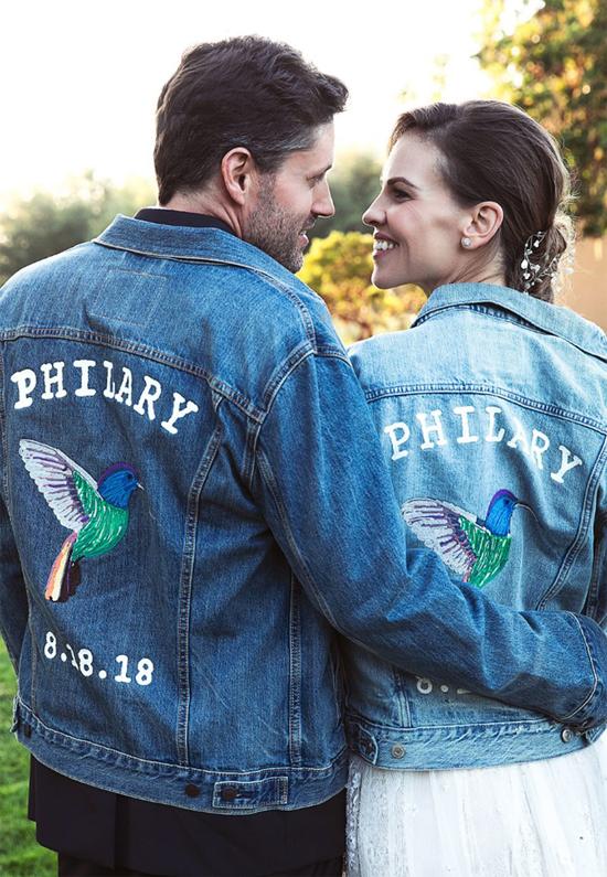 Hilary và chú rể diện áo đôi in tên viết tắt của hai người và ngày cưới.