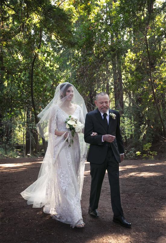 Hilary Swank được cha cô dẫn vào lễ đường giữa khu rừng già thuộc khu bảo tồn Saint Lucia ở Carmel, California.