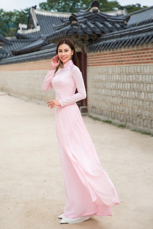 Ứng viên Huỳnh Yến Nhi cho biết, áo dài giúptôn dáng,khoe khéo đường cong quyến rũ. Hình ảnh trang phục truyền thống của Việt Nam tung bay giữa đất Hàn Quốc khiến emthấy rất tự hào, người đẹp tâm sự.