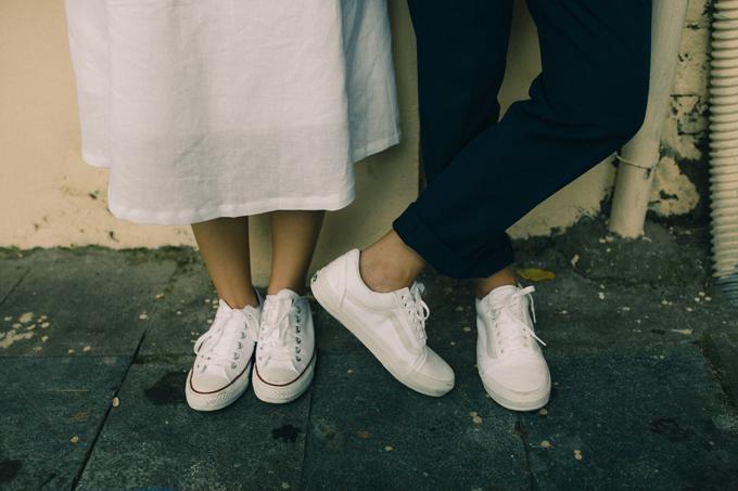 Do phải di chuyển nhiều nên hai vợ chồng chọn trang phục thoải mái, đi giày thể thao để không nhức mỏi chân.