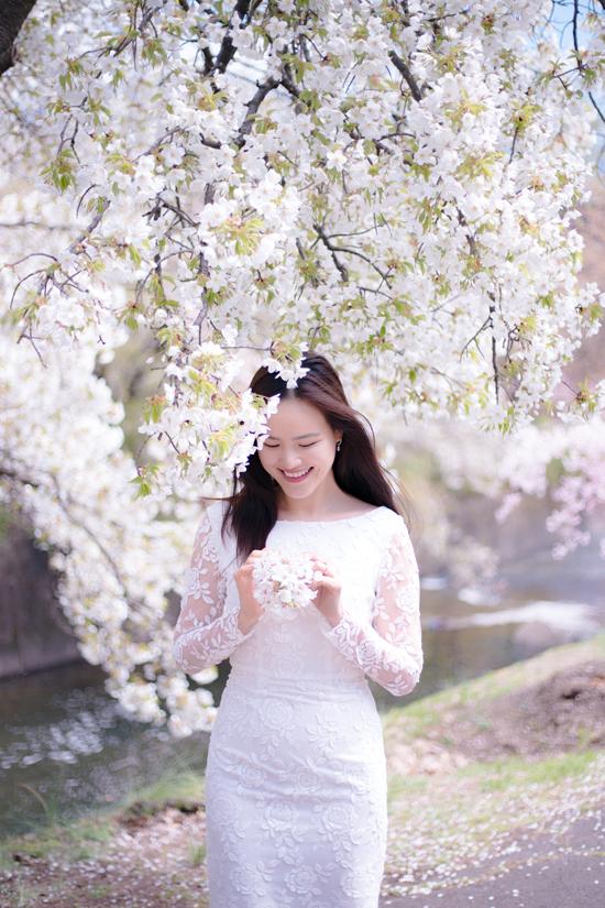 Tuyết Lan chọn váy ren kiểu dáng đơn giản, hòa mình trong không gian dịu mát của tiết trời mùa xuân.