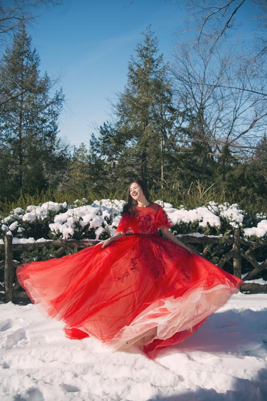 Giữa rừng tuyết trắng vào mùa đông, Tuyết Lan nổi bật với váy xòe đỏ tươi của Lê Thanh Hòa.