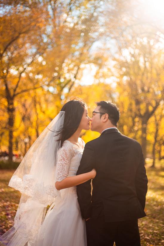 Thiết kế trang phục cưới theo lối tối giản được người mẫu chọn lựa nhằm xây dựng vẻ thanh lịch, hiện đại.