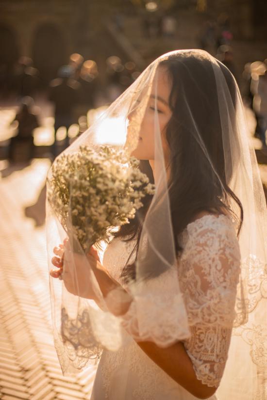Tuyết Lan không chọn lối trang điểm và diện trang phục cầu kỳ khi thực hiện ảnh cưới.