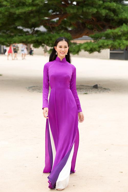 Lê Thị Bích Trâm diện áo dài màu tím thướt tha. Cô luôn tâm niệm, áo dài là biểu trưng văn hóa thiêng liêng và ý nghĩa của người phụ nữ Việt Nam.