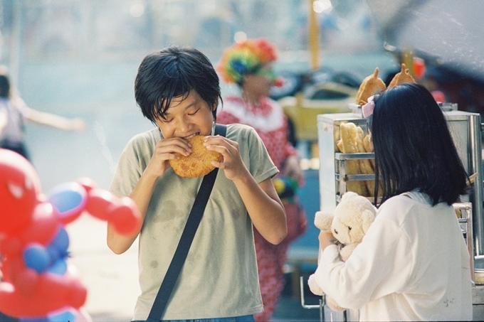 Huỳnh Đông lâm cảnh gà trống nuôi con trong phim mới - 3