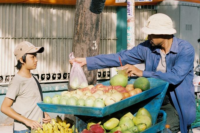 Huỳnh Đông lâm cảnh gà trống nuôi con trong phim mới - 4