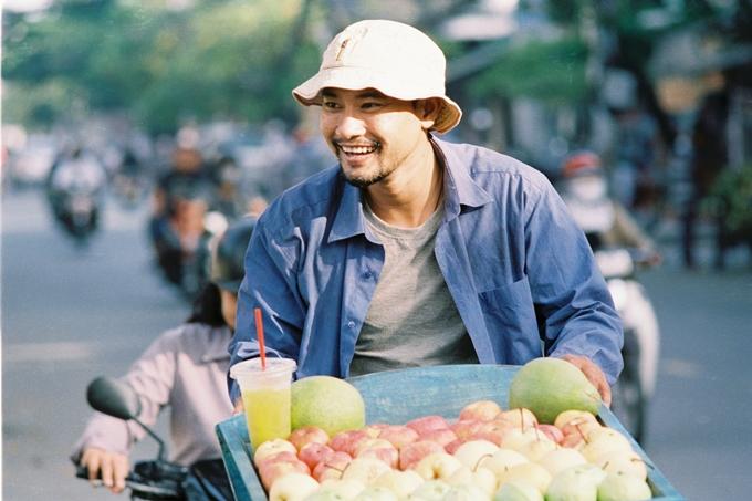 Huỳnh Đông lâm cảnh gà trống nuôi con trong phim mới