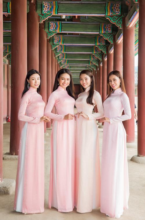 Phương Hoa, Minh Yến, Vũ Hiên, Yến Nhi khoe nhan sắc ngọt ngào với áo dài sắc hồng pastel.
