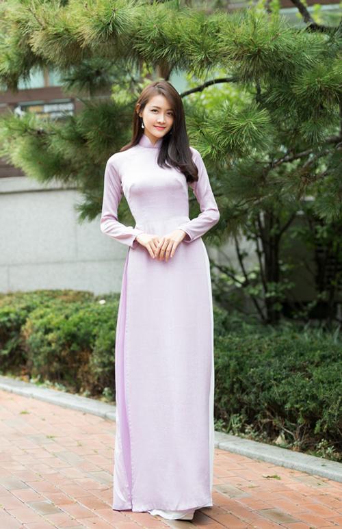 Trương Mỹ Nhân,Á quân The Face Vietnam mùa 2 cũng bày tỏ niềm vui khi chụp ảnh với trang phục truyền thống dân tộc tạiCung điện Gyeongbokgung. Thí sinh cho biết, cô và các bạn nhận được nhiều lời khen từ các du khách tới đây tham quan.