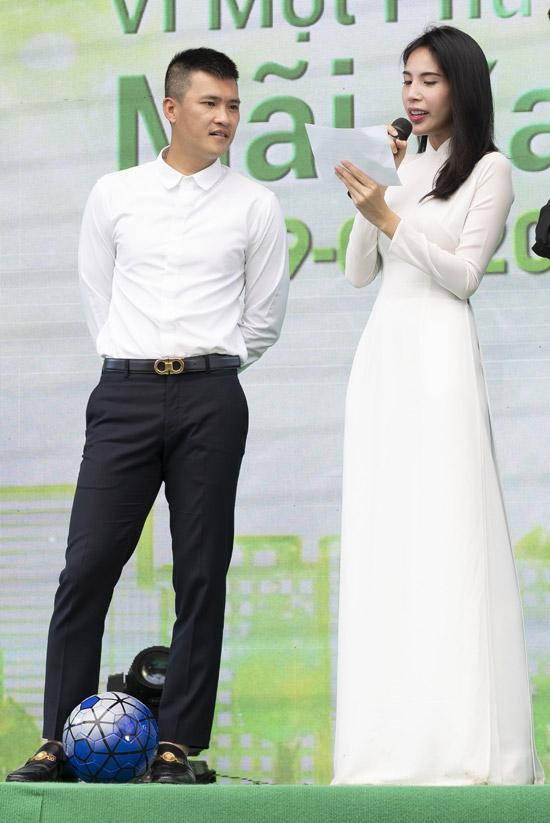 Vợ chồng Công Vinh - Thủy Tiên tham gia giao lưu trên sân khấu. Cả hai đều mong các em