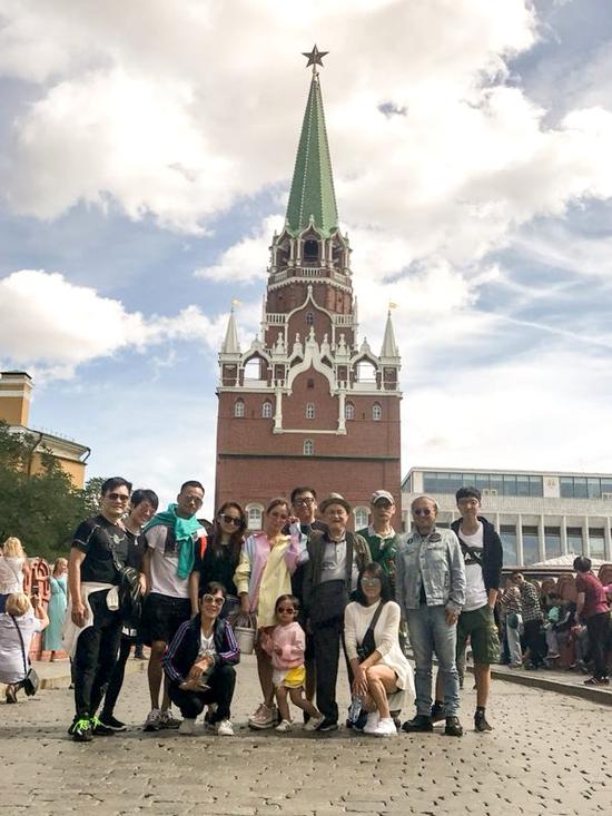 Vợ chồng Tuệ Linh đứng gần bên nhau khi cả gia đình đi tham quan tại Nga.