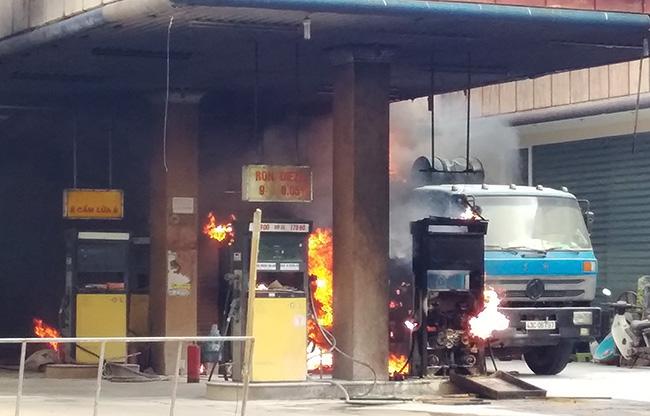 Lửa bốc cháy ở các trụ bơm và xe bồn chở xăng. Ảnh:Biên Giang.