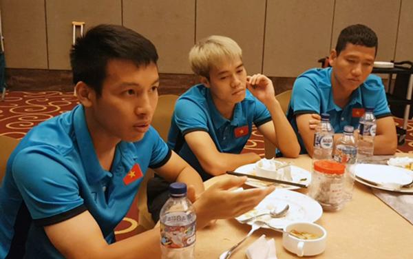 Hùng Dũng tâm sự với các đồng đội trong bữa tối chia tay hôm 21/8. Ảnh: VFF.
