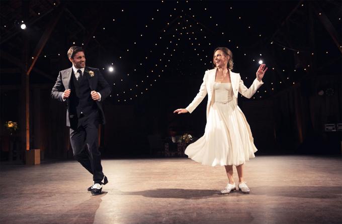 Cô dâu và chú rể khiêu vũ tưng bừng.