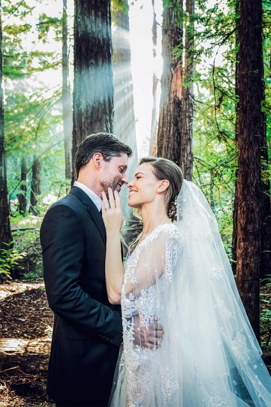 Sau hôn lễ bí mật diễn ra vào thứ bảy tuần qua (18/8), Hilary Swank và Philip Schneider mới chia sẻ bộ ảnh đẹp lung linh trong ngày trọng đại này.