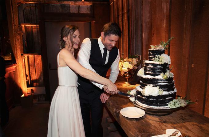 Sau hôn lễ, tiệc cưới được tổ chức ngay trong rừng vào buổi tối.