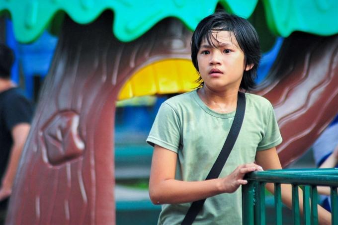 Huỳnh Đông lâm cảnh gà trống nuôi con trong phim mới - 2