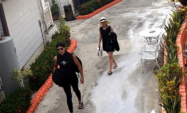 Một người dùng Weibo chia sẻ rằng anhđã chạm tránvợ chồng Rain - Kim Tae Hee khi họvô tình nghỉ chung trong một khách sạn. Cặp sao Rain, Kim Tae Hee đang có kỳ nghỉ ở Palau - một quốc đảo giáp với Indonesia. Theo tờ QQ viết, vợ chồng Rain yêu thích đilặn biển nên hầu như ngày nào cũng đi.