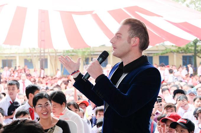 Kyo York xuống tận sân trường để hát cho hàng nghìn học sinh củaTHCS Đông Dương.