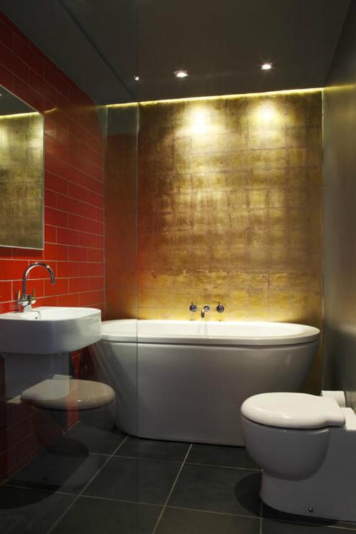 Phòng tắm dát vàng mang phong cách cổ điển, sang trọng.