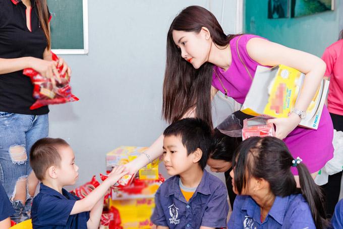 Lê Âu Ngân Anh tặng quà cho trẻ mồ côi ở TP HCM - 2